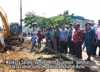 Walikota Sorong, Lambert Jitmau, pimpin bongkar paksa rumah dampak pelebaran jalan di Rufei.