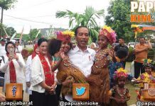 Kunjungi TK Santa Theresia, Presiden Gendong Anak Papua