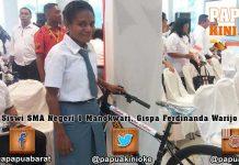 Siswi SMAN 1 Manokwari dan Siswa SMP Don Bosco Sorong Dapat Sepeda Presiden