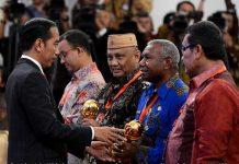 Gubernur PB Terima Penghargaan UHC JKN-KIS dari Presiden