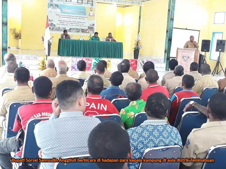 Bupati Sorsel Samsudin Anggiluli berbicara di hadapan para kepala kampung di aula distrik Teminabuan