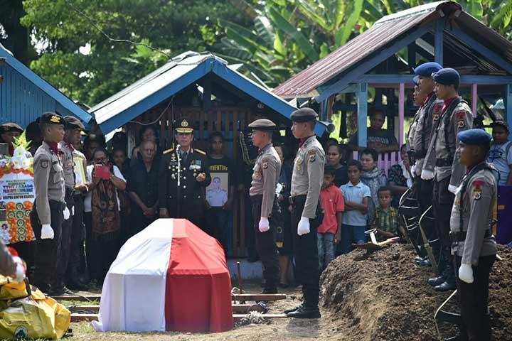 Kapolda Papua Pimpin Upacara Kebesaran Pemakaman Bripka Anumerta Sinton Kbarek