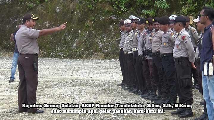 Kapolres Sorong Selatan, AKBP Romilus Tamtelahitu, S.Sos, S.Ik, M.Krim, saat memimpin apel gelar pasukan.