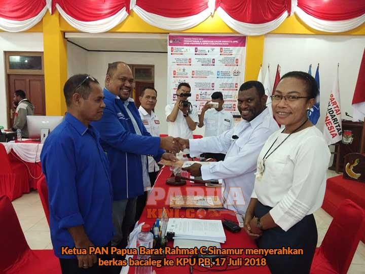 Ketua PAN Papua Barat Rahmat C Sinamur menyerahkan berkas bacaleg ke KPU PB