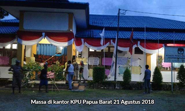 Massa Demo KPU Papua Barat
