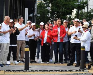 Peserta Korea Indonesia (KIND) Meet Up bersenda urau dengan Presiden Jokowi di Seoul, 11 September 2018.