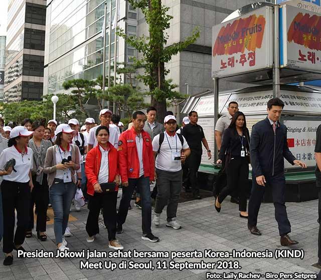 Presiden Jokowi jalan sehat bersama peserta Korea Indonesia (KIND) Meet Up di Seoul, 11 September 2018.