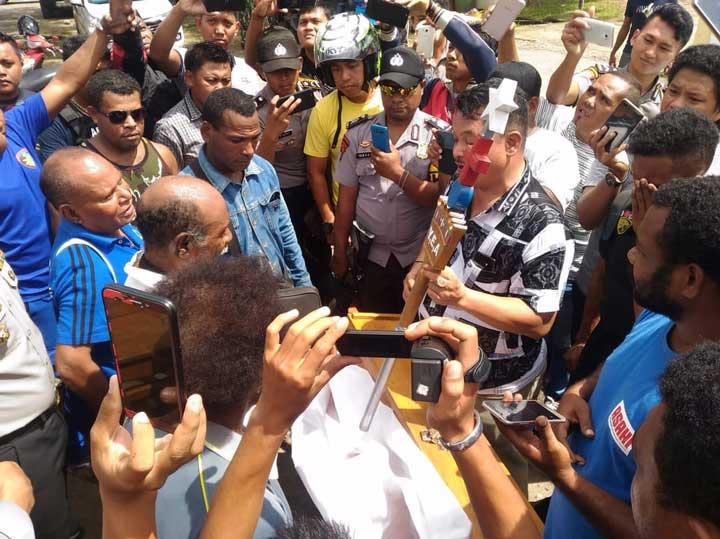 Polisi Amankan Demonstran Pakai Atribut BK di Bintuni