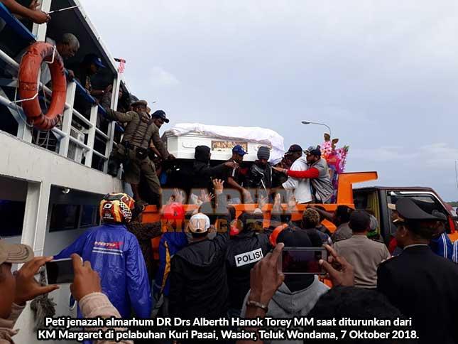 Ribuan warga sambut peti jenazah almarhum Bupati Teluk Wondama Alberth Torey