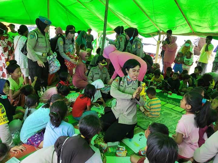 Polwan Polda Papua Barat Bantu Atasi Trauma Anak-anak Korban Bencana Alam di Sigi