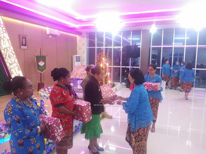 Dharma Wanita Persatuan Papua Barat Berbagi Kasih