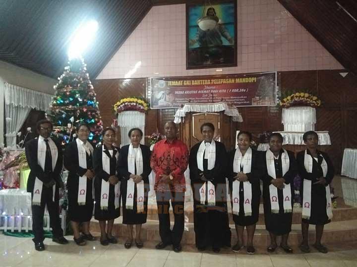 Gubernur Ibadah Malam Kudus di Jemaat GKI Pelepasan Mandopi