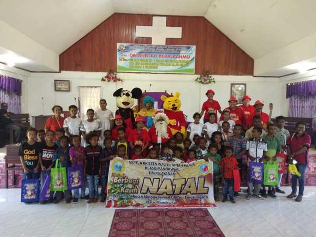 Tim GKI Klasis Manokwari Bagi Kasih Ceria Damai Natal di Wilayah VI Pantura
