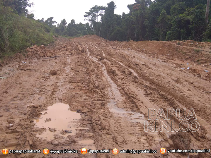 1 Orang Tewas Saat Jalan Kaki di Jalan Berlumpur Trans Papua Barat