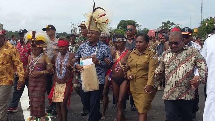 Hadiri OMK Teluk Bintuni, Gubernur Seberangi Kali Sebyar Dengan Perahu