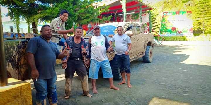 Rombongan Gubernur 9 Jam Terjebak Lumpur di Trans Papua Barat