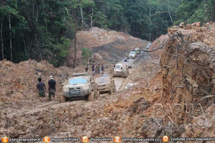 Gubernur Terjebak 9 Jam, Puluhan Hilux Hingga 3 Hari di Trans Papua Barat