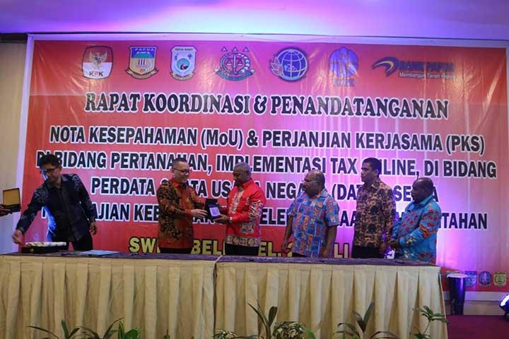 Teken MoU dan PKS, Gubernur Papua Barat Ingatkan Revisi UU Otonomi Khusus