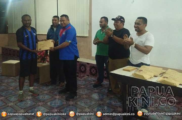 Ratusan juta Uang Pembinaan Juara Turnamen Papua Barat Cup Diserahkan