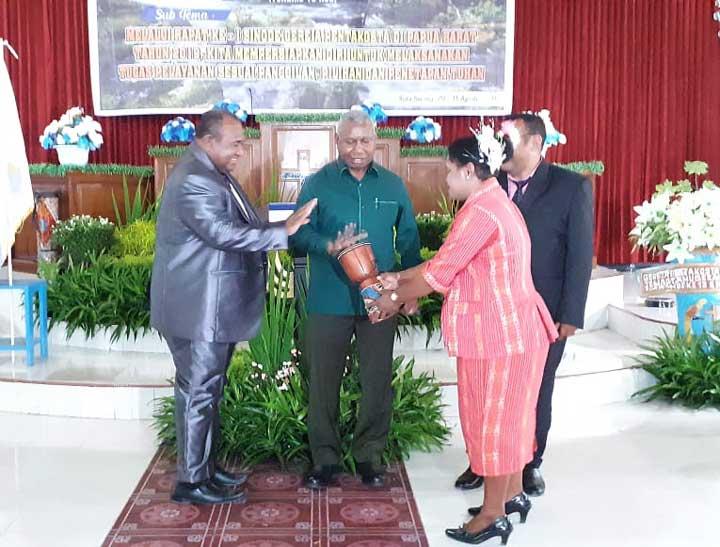 Gubernur Resmikan Papan Pelayanan Jadwal Ibadah Gereja Pentakosta Jemaat Anugerah Sorong
