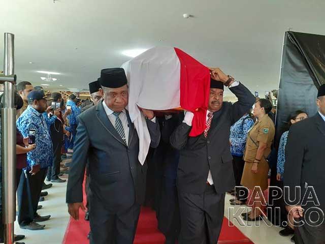 Gubernur Pertama Papua Barat Dimakamkan