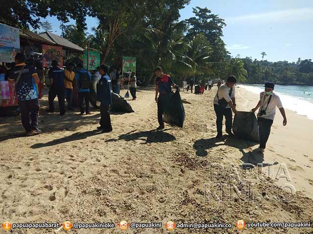 Sambut Harhubnas KSOP Manokwari Bersih Pantai