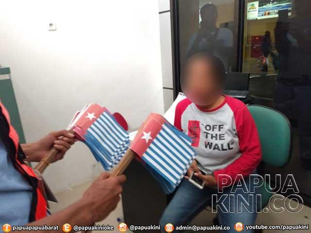 Polisi Amankan Wanita Pembawa 1500 Bendera Mini Bintang Kejora