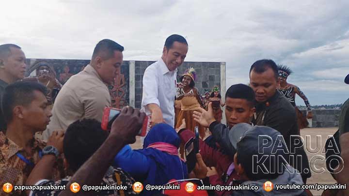 Pelajar Bergeming Tunggu Kehadiran Presiden Jokowi di Kaimana