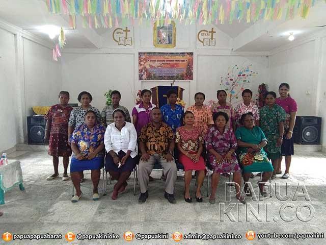 Ketua DPRD Manokwari Yustinus Dowansiba bersama pengurus Perkumpulan Perempuan Arfak Manokwari.