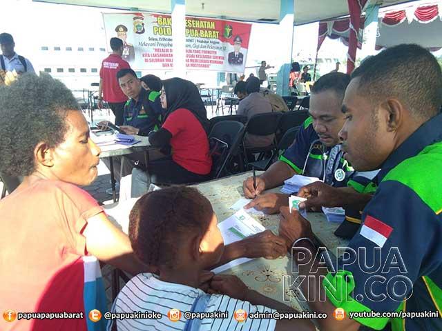 Ratusan Warga Borarsi Serbu Pelayanan Kesehatan Gratis Polda Papua Barat
