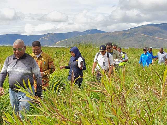 Gubernur Papua Barat, Bupati Pegaf Pegang Meteran Ukur Bandara Anggi