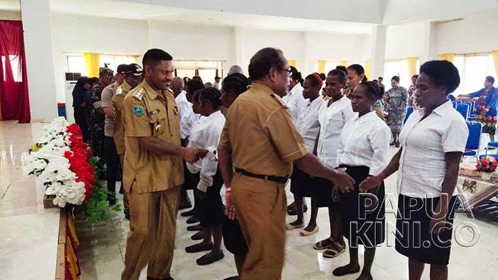 Gubernur Lantik Perkumpulan Perempuan Arfak Teluk Wondama