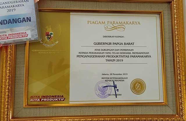 Gubernur Papua Barat Dapat Penghargaan Paramakarya 2019