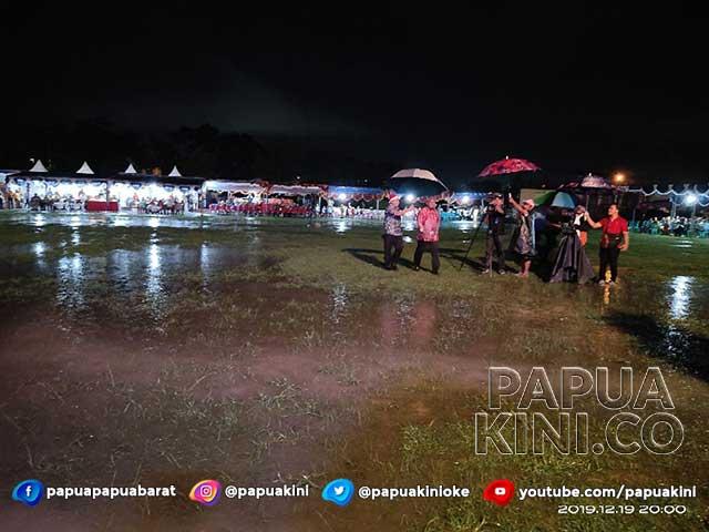 Gubernur Tembus Hujan dan Genangan Air di Borarsi