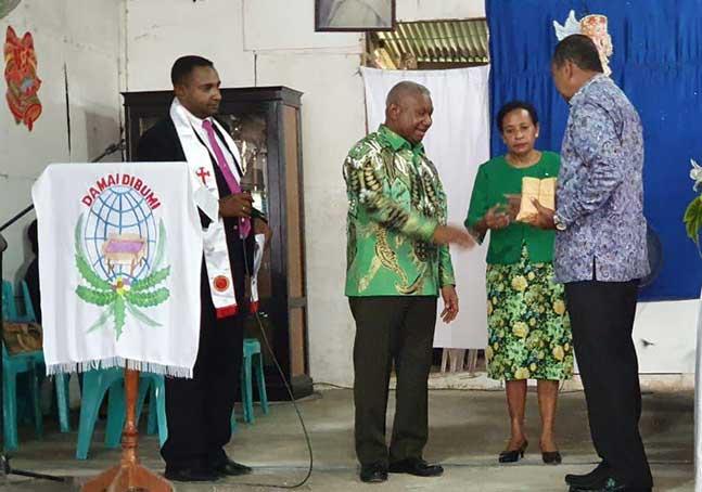 Keluarga Dominggus Mandacan Bantu Gereja GKI Efata Tarau