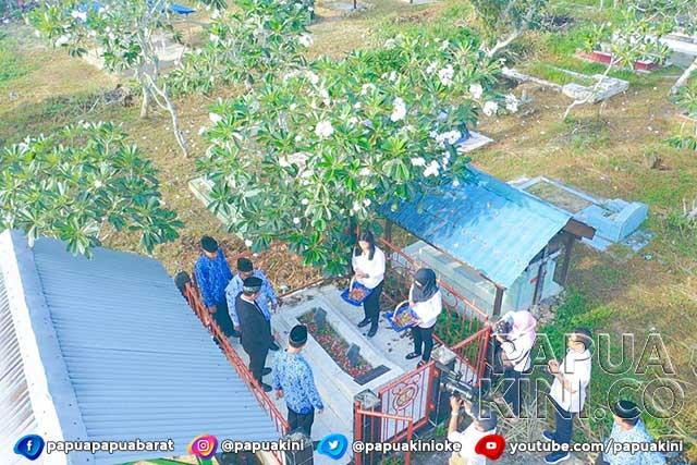 Hari Bakti, PU Papua Barat Ziarah Makam