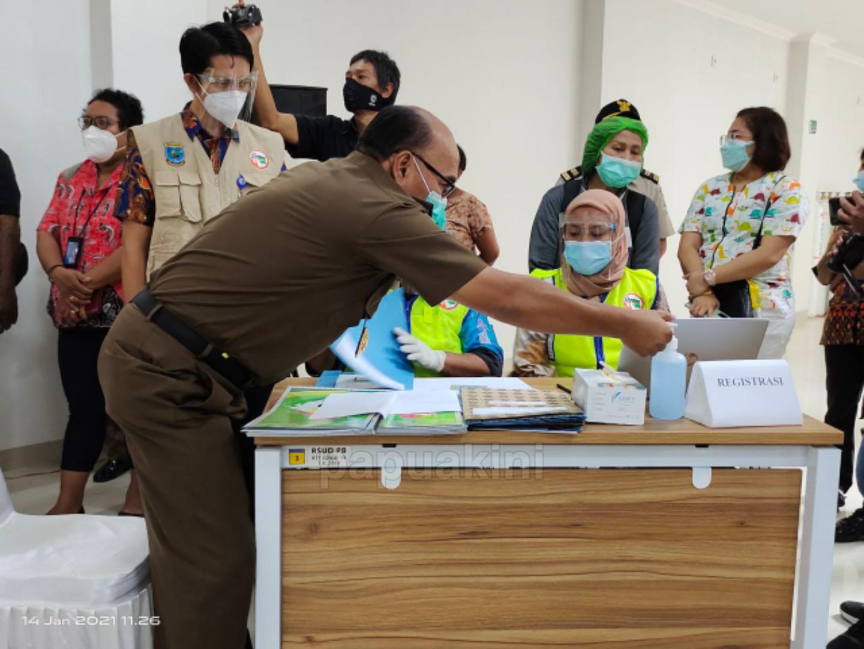 Peminat Membludak Vaksinasi Pertama Papua Barat 15 Tokoh