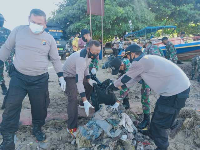 Pers Kaimana bersama TNI/Polri Bersih-Bersih Daerah Transit Wisatawan