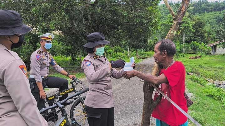 Polisi Terus Sosialisasi dan Bagi Masker ke Kampung Jauh