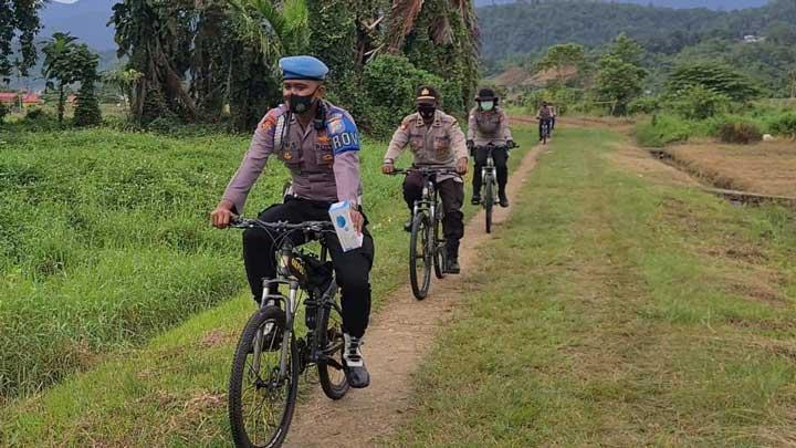 Polisi Imbau Prokes Sekaligus Bagi Masker Pakai Sepeda ke Masyarakat