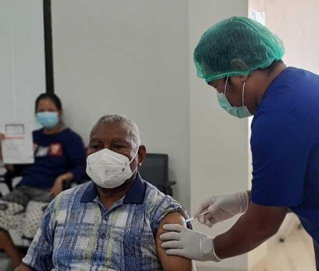 Gubernur Papua Barat Vaksinasi Covid-19 Dosis Kedua