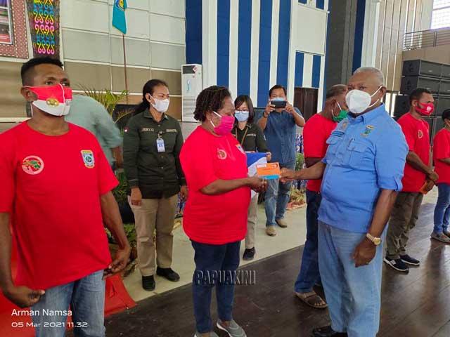 Gubernur Salurkan Tangan Kasih Tahap II dan Bahan Pokok Tahap III Teluk Bintuni