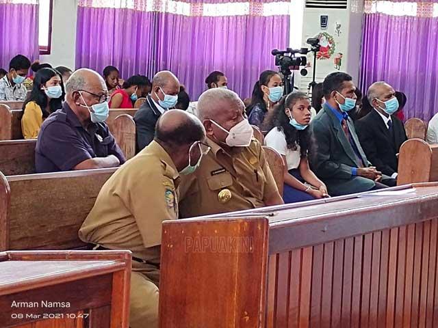 Apa yang Dibisikkan Sekda Papua Barat ke Gubernur?