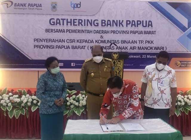 Bank Papua Serahkan CSR, Terima Kasih Pemprov Pindahkan RKUD