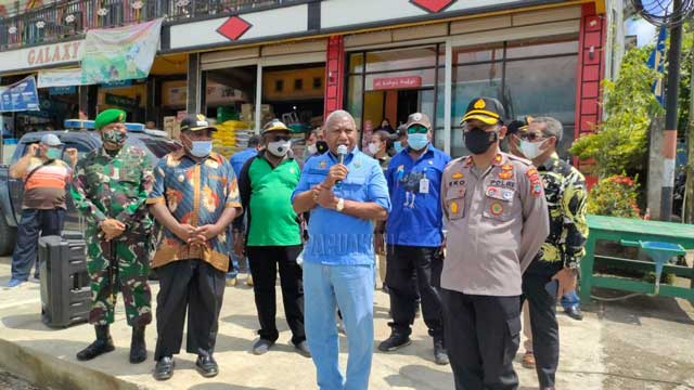 Gubernur dan Wabup Teluk Bintuni Bagi Masker