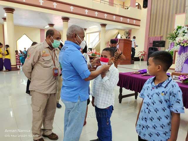 Gubernur Papua Barat Bantu 500 Sak Semen Sekolah Minggu Via Dolorosa Teluk Bintuni