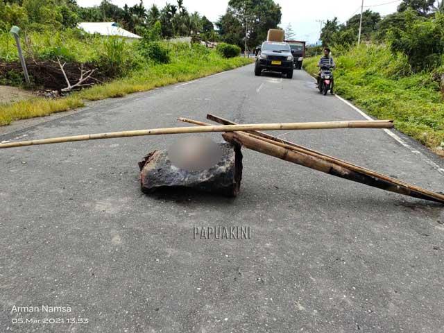 Mobil Gubernur Papua Barat Terhalang Palang Jalan Warga di Tobou