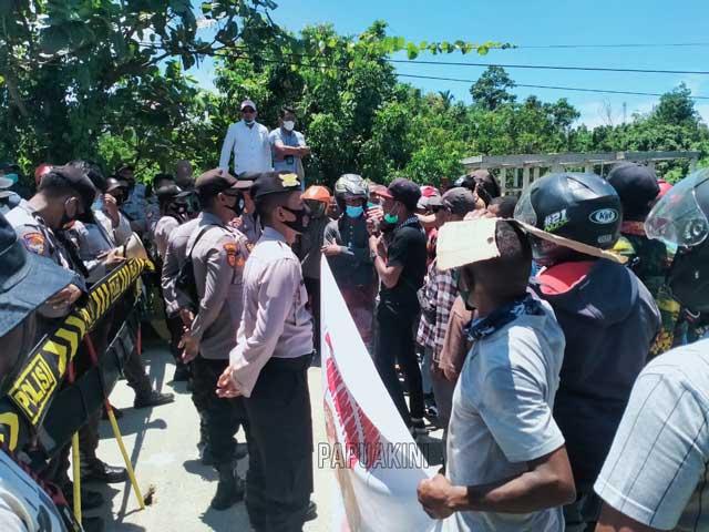 Demo Hasil CPNS Kaimana, Warga Ancam Palang Kantor BKSDM dan DPRD