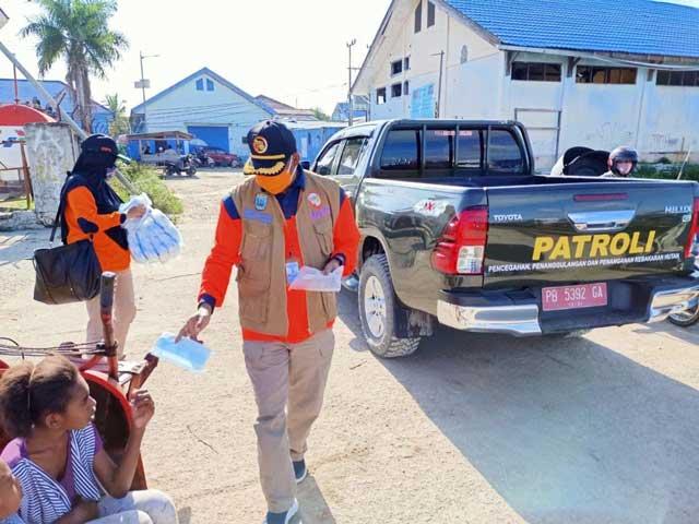 BPBD Papua Barat Bagi Masker di Pasar Jembatan Puri Sorong, Sosialisasi di Pulau Doom