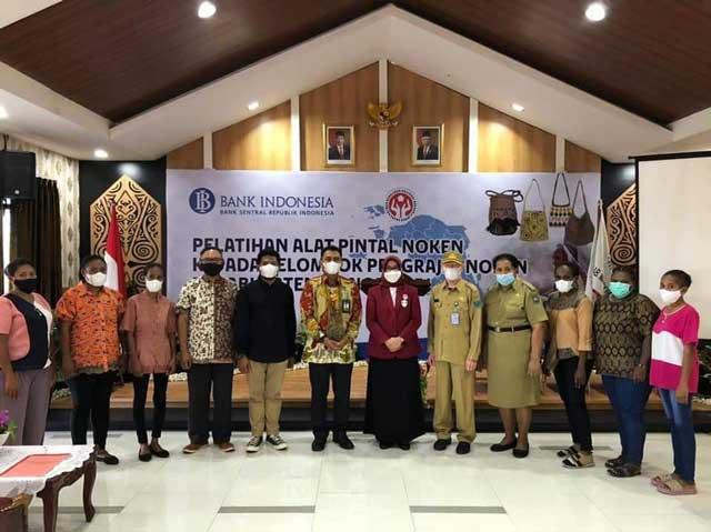 Mama Gub Apresiasi Bank Indonesia Papua Barat Latih Pemakaian Alat Pintal Noken